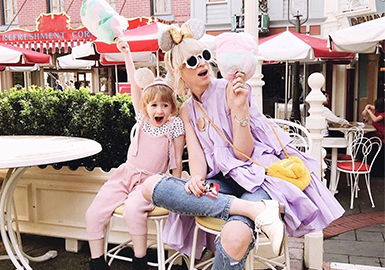 Chic Mom Shares Parent-child Styles In Different Colors on Instagram