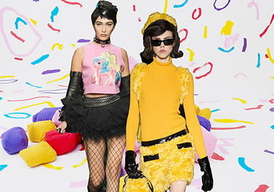 2018 S/S Benchmark Brand for Women's Knitwear -- Moschino